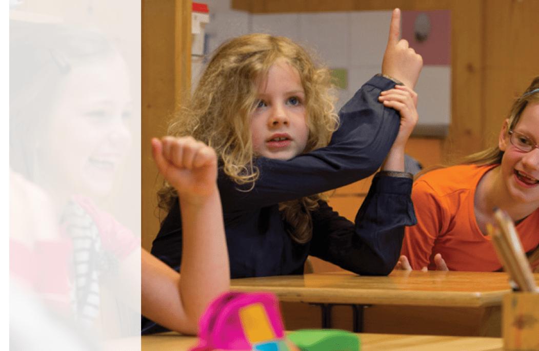 De-Vijfster-meisje-steekt-vinger-op-in-de-klas